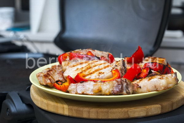 Мясо приготовленое на гриле Weber Q2200